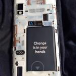 A Fairphone moduláris, vagyis a meghibásodott alkatrészeket könnyedén mi magunk is kicserélhetjük